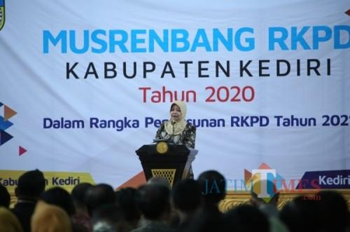 Bupati Kediri Hj Haryanti Sutrisno memberikan sambutan dalam acara musrenbang.. (ist)