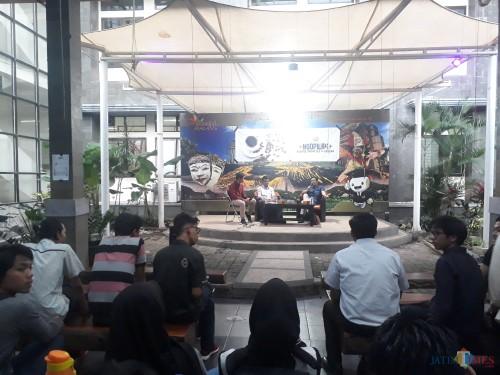 Saat acara diskusi berlangsung di Panggung Apresiasi FISIP UB, yang digelar oleh HIMAP FISIP UB, Kamis (12/3/2020). (Foto: Tubagus Achmad/MalangTimes)