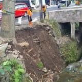 Pelengsengan Ambrol di Jalan Ir Soekarno Batu, 1 Pohon Terancam Tumbang