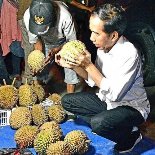 Presiden Jokowi saat membeli durian. (detik food)