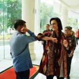 Jusuf Kalla - Sri Mulyani Perlihatkan 'Salam Corona' Pada Publik