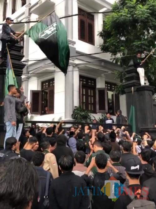 Massa Aksi dari HMI Cabang Malang yang berusaha menyalurkan aspirasinya di depan Gedung DPRD Kota Malang, pada hari Jumat (13/3/2020).