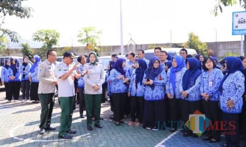 Para ASN Kota Batu bersama Wali Kota Batu Dewanti Rumpoko saat berada di halaman Balai Kota Among Tani. (Foto: Irsya Richa/MalangTIMES)