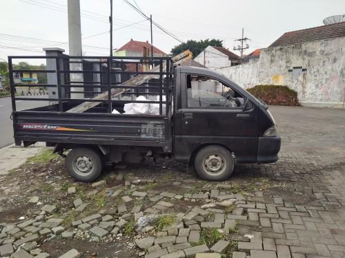 Mobil pick-up yang pengemudinya ditemukan tewas diparkiran di halaman sebuah karaoke di kawasan Jalan Borobudur (Anggara Sudiongko/MalangTIMES)