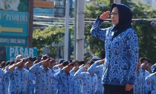 Wali Kota Batu Dewanti Rumpoko saat memimpin apel di Balai Kota Among Tani beberapa saat lalu.