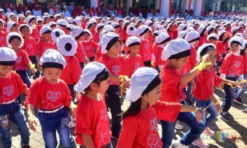 Ribuan pelajar Kota Batu saat melakukan tari kolosal di halaman Balai Kota Among Tani, beberapa saat lalu. (Foto: Irsya Richa/MalangTIMES)
