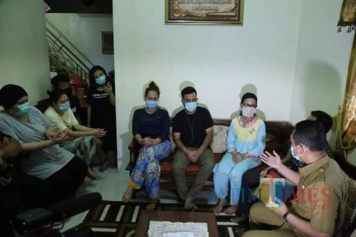 Bupati Lumajang ketika bertemu 7 warga Malaysia di Pasrujambe (Foto : Moch. R. Abdul Fatah / Jatim TIMES)