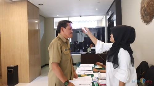 Pemeriksaan suhu tubuh dalam kegiatan Pra Musrenbang RKPD 2021 yang digelar di Hotel Savana, Senin (16/3/2020) (Pipit Anggraeni/MalangTIMES).