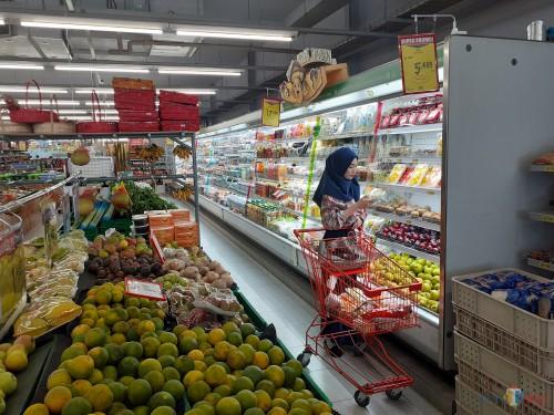 Suasana saat customer tengah memilih bahan-bahan belanjaan di supermarket Superindo Tlogomas Kota Malang. (Arifina Cahyanti Firdausi/MalangTIMES)