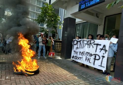 Suasana aksi mahasiswa Unisma di halaman gedung Yayasan Unisma. (Foto: Ima/MalangTIMES)
