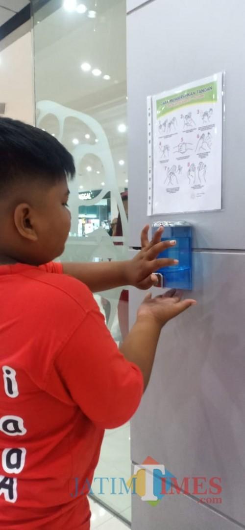 Salah seorang pengunjung Suncity Mall Saat Mengenakan Sanitizer Senin (16/3)
