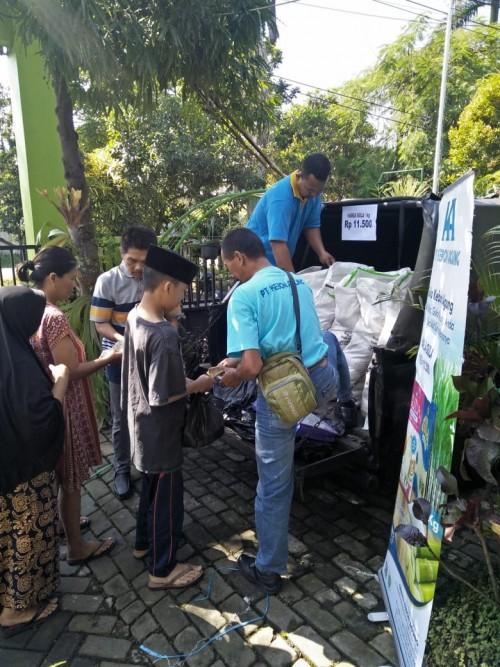 Suasana saat operasi pasar gula murah yang digelar Dikopinda Kota Malang  disalah satu kelurahan (Ist)
