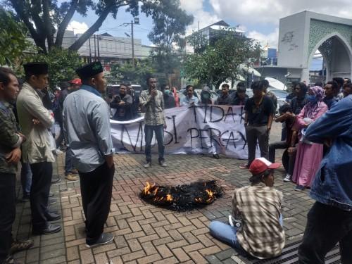 Situasi demo yang dilakukan Aliansi Mahasiswa Fakultas Hukum Unisma (Hendra Saputra)