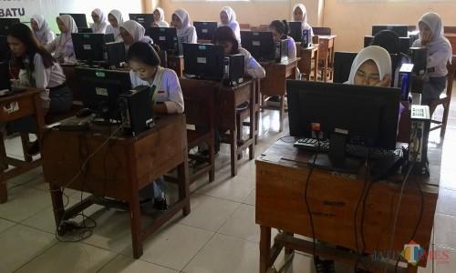 Pelajar yang sedang mengikuti UNBK di SMKN 1 Kota Batu, Senin (16/5/2020). (Foto: Irsya Richa/MalangTIMES)