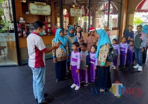 Wisatawan di Kampung Coklat Blitar di Screening.(Foto : Aunur Rofiq/BlitarTIMES)