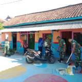 Cegah  Corona, Anggota Kodim 0808/Blitar Besihkan Tempat Belajar Mengajar