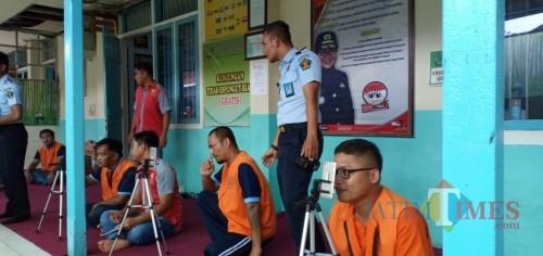 Sejumlah warga binaan di  Lapas Blitar memanfaatkan fasilitas video call untuk bersilaturahmi dengan keluarga.(Foto : Team BlitarTIMES)
