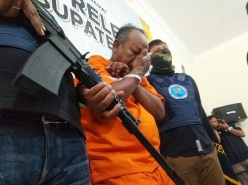 Pengedar sabu diapit petugas BNN saat gelar pres rilis. (eko Arif s /JatimTimes)