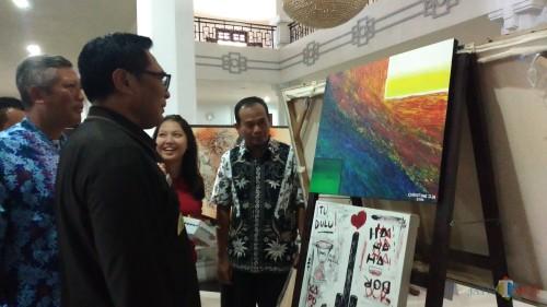 Wakil Wali Kota Malang Sofyan Edi Jarwoko (kanan) saat meninjau karya seni yang dipamerkan di Gedung DPRD Kota Malang (Pipit Anggraeni/MalangTIMES).