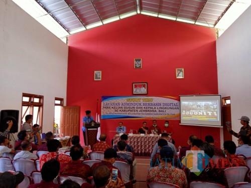 Kades Kemirigede, Hari Purnawan memberikan paparan seputar pelayanan publik berbasis online yang diterapkan Desa Kemirigede.(Foto : Aunur Rofiq/BlitarTIMES)