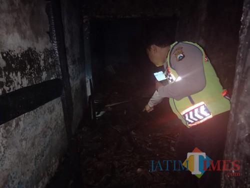 Petugas kepolisian saat melakukan olah TKP di lokasi kebakaran. (Foto : Polsek Pakisaji for MalangTIMES)