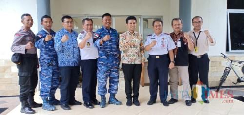 Wakil Gubernur Jawa Timur Emil Elestianto Dardak saat melakukan kunjungan ke Bandara Abdul Rahman Saleh.