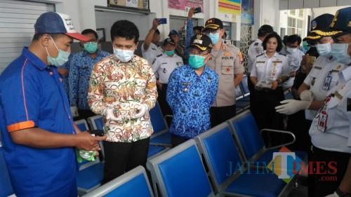 Wakil  Gubernur Jawa Timur Emil ElestiantoDardak saat melihat petugas menyemprotkan cairan disinfektan di Terminal Kota Batu. (Foto: Irsya Richa/MalangTIMES)