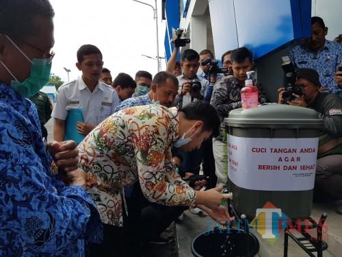 Wakil Gubernur Jawa Timur Emil ElestiantoDardak saat mencuci tangan di Terminal Kota Batu, Selasa (17/3/2020). (Foto: Irsya Richa/MalangTIMES)