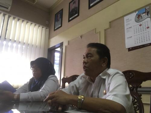 Sekda Kabupaten Malang, Didik Budi Muljono (kanan) sekaligus penanggungjawab Tim Satgas percepatan penanganan corona virus saat menjelaskan langkah pemerintah setelah adanya satu pasien positif Covid-19 yang meninggal (Foto : Ashaq Lupito)