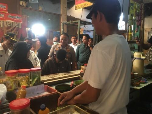 Salah satu pedagang empon-empon (paling kanan) saat mengeluhkan harga jahe merah yang semakin mahal setelah adanya wabah virus corona (Foto : Ashaq Lupito / MalangTIMES)
