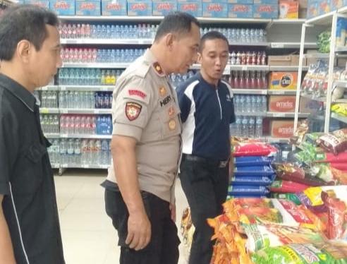 Kapolsek Blimbing, Kompol Hery Widodo saat mengimbau masyarakat agar tidak panic buying dan waspada terhadap Corona (Polsek Blimbing)