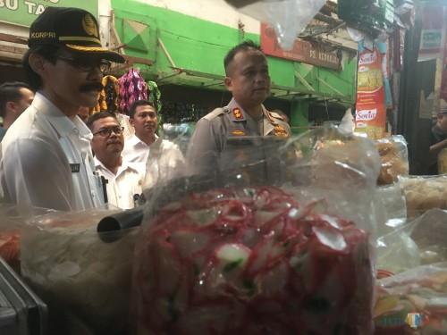 Kapolres Malang AKBP Hendri Umar (depan, kanan) dan Kepala Disperindag Kabupaten Malang Agung Purwanto (depan, kiri) saat melakukan sidak di pasar tradisional (Foto: Ashaq Lupito/ MalangTIMES)