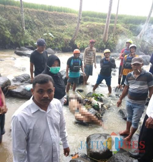 Saat petugas dan masyarakat bahu membahu melakukan evakuasi terhadap korban terseret arus sungai, pada hari Rabu (18/3/2020).
