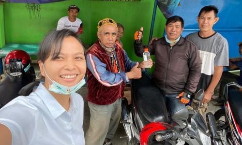 Ganis Rumpoko berswafoto usai memberikan hand sanitizer bersama masyarakat di Kota Batu. (Foto: instagram @ganisrumpoko)