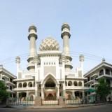 Salat Jumat Berjamaah, Masjid Agung Jamik Malang Siapkan Hand Sanitizer