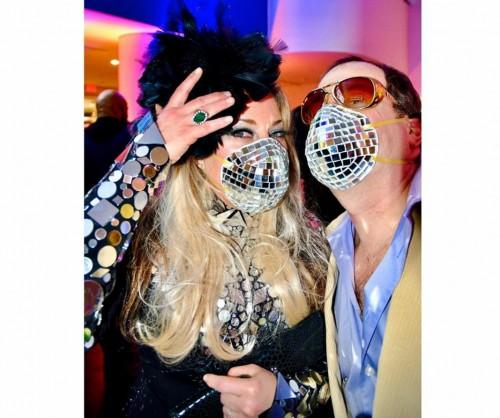 Tetap Stylish di Tengah Wabah Virus Corona dengan Masker Bola Disko, Mau Coba?