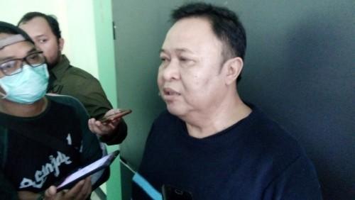 Wakil Ketua DPC PKB Jember H Ubaidillah atau H Ahmad Buang saat memberikan konferensi pers. (foto : Moh. Ali Makrus / Jatim TIMES)