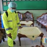Polres Lumajang Lakukan Penyemprotan Disinfektan di Asrama Yonif 527