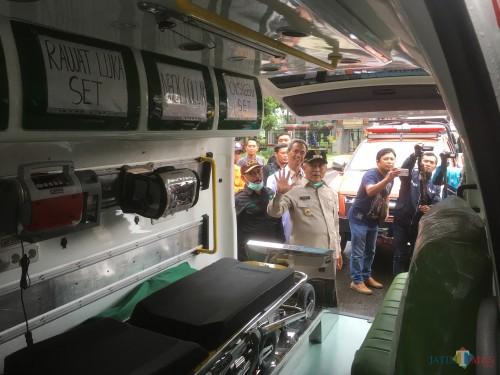 Bupati Malang HM Sanusi (baju coklat topi hitam) saat melakukan peninjauan ambulan yang diperuntukkan jika ada pasien positif corona (Foto : Ashaq Lupito / MalangTIMES)