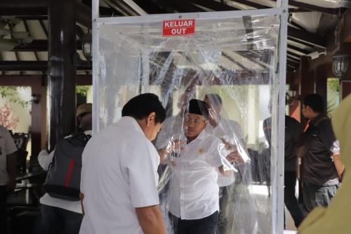 Wali Kota Malang Sutiaji saat mengecek langsung Sico (Sikat Corona), alat yang diproduksi mahasiswa FT UB untuk perangi corona (twitter @sutiaji1964).