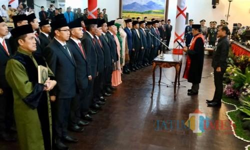 30 anggota DPRD Kota Batu saat mengucap janji di gedung DPRD Kota Batu beberapa saat lalu.