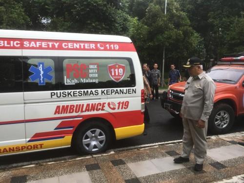 Bupati Malang HM Sanusi saat melakukan peninjauan mobil ambulan yang digunakan untuk pasien covid-19 (Foto : Ashaq Lupito / MalangTIMES)