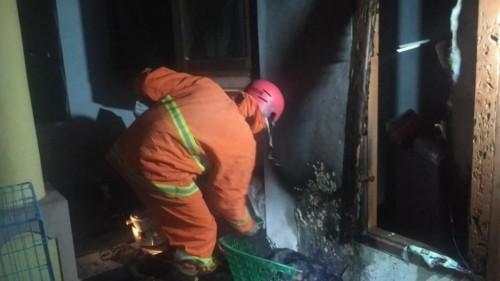 Petugas pemadam kebakaran sedang melakukan pemadaman di titik lokasi kebakaran. (Foto: Istimewa)