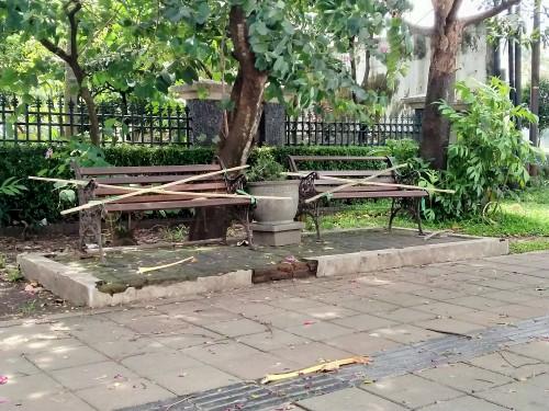 Kursi publik di kawasan Jalan Besar Ijen yang dipasangi bambu melintang agar tak bisa digunakan untuk duduk sementara waktu. (Anggara Sudiongko/MalangTIMES)