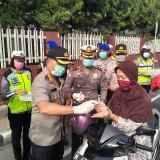 Sosialisasi Sosial Distancing, Polisi Bagikan 500 Masker dan Handsanitizer Bagi Pengendara Motor di Malang
