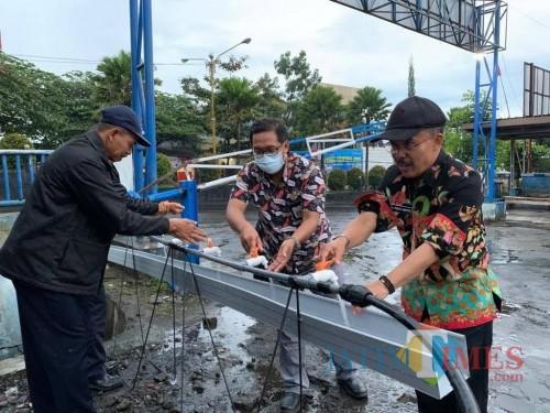 Wakil Wali Kota Batu Punjul Santoso saat mencuci tangan di pintu masuk Pasar Besar Kota Batu.
