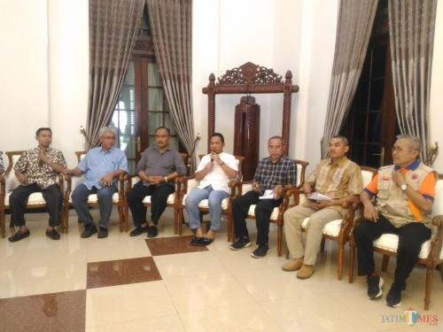 Konferensi Pers Bupati Lumajang pada hari ini (Foto : Moch. R. Abdul Fatah / Jatim TIMES)