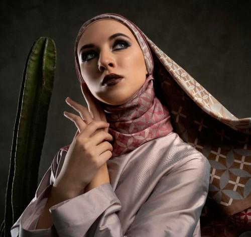 Koleksi hijab dua sisi yang bisa digunakan secara bergantian dengan motif berbeda. (Foto: instagram @katonvie).