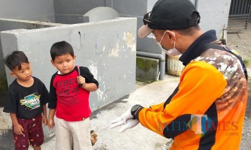 Salah satu petugas sedang memberikan edukasi kepada anak-anak di Kota Batu. (Foto: istimewa)