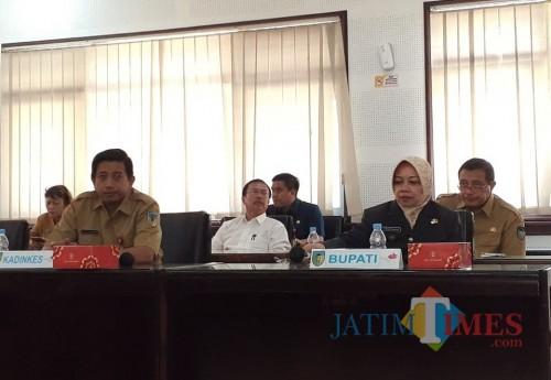 Bupati Kediri Hj Haryanti Sutrisno menghadiri penandatanganan komitmen cegah Virus Corona. (eko Arif s /JatimTimes)